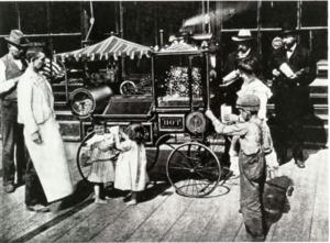 Машину для приготовления попкорна изобрел Чарльз Криторз в 1885 году
