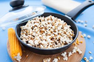 Воздушную кукурузу можно использовать в качестве перекуса даже на диете